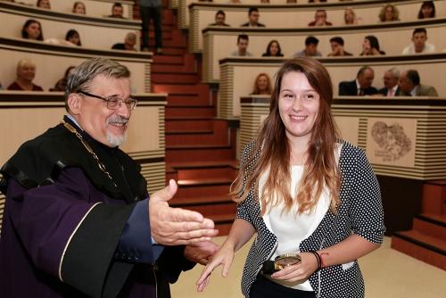 Петокурсничката Марина Митева получава наградата си от ректора проф. Виктор Златков