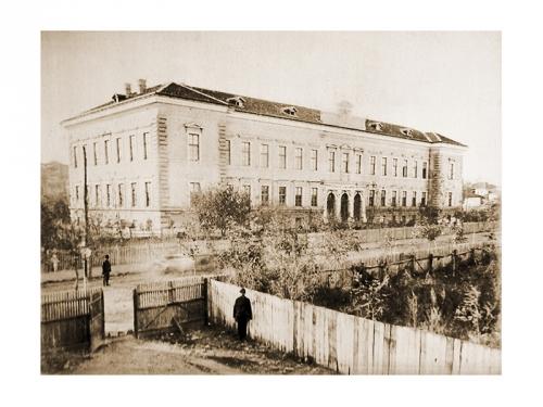 """Гимназия """"Найден Геров"""" – Лом е едно от първите и елитни за времето си средни училища в България. Създадена е през 1878 г., а през 1882 г. новата сграда на гимназията е открита от княз Александър І Батенберг."""