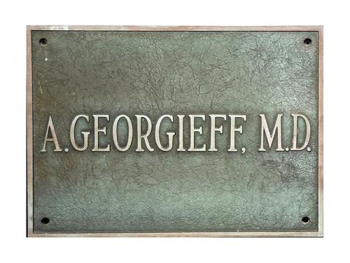 """Табелата от лекарския кабинет на д-р Андрей Георгиев в Уилмингтън. Тя е подарена от негови близки на гимназия """"Найден Геров"""" – Лом."""
